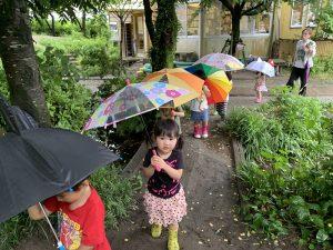 傘をさしてこども園に行きました。